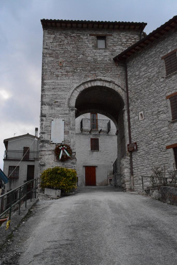 Lastra ai caduti nella prima guerra mondiale di Appennino, frazione di Pieve Torina (MC)
