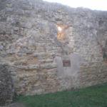 ruderi castello ove è collocata la targa