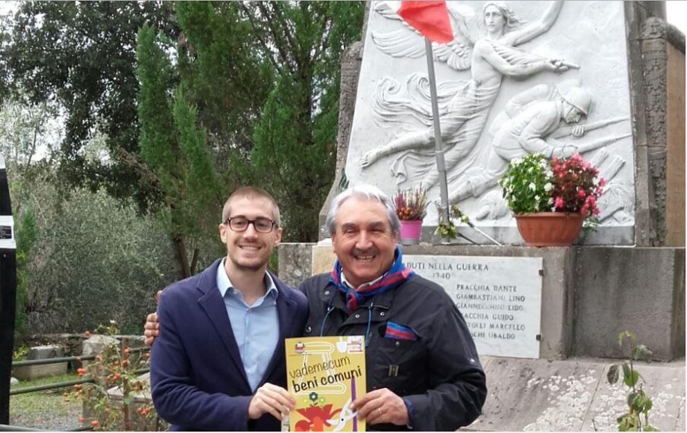 Matteo Francesconi e Natale Pracchia davanti al monumento ai Caduti