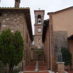 Lastra di Badiola collocata sul muro del campanile