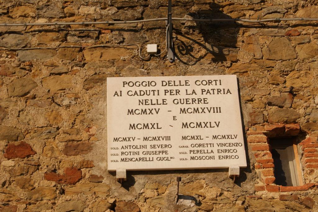 Lastra in marmo dedicata ai caduti delle due guerre mondiali