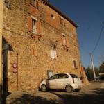Castello di Poggio delle Corti con lastra commemorativa