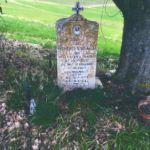 Cippo situato in località frazione Grello di Gualdo Tadino, Perugia a memoria della giovane Fiorelli Speranza, morta a causa di una bomba tedesca nel 1942 alla giovane età di 15 anni