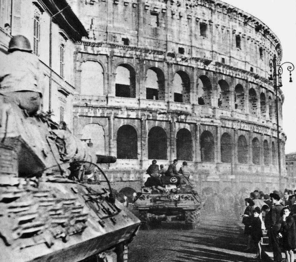 Colonna di Tank Destroyers M10 americani in movimento accanto al Colosseo a Roma il 5 giugno 1944