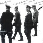 La freccia indica il Dott. SURIANI con il Generale ROMMEL in Africa