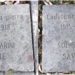Due delle 35 pietre di inciampo poste ai piedi dei lecci con inciso i nomi dei caduti di Cerveteri nella 1^ G.M.